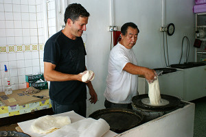 Kway Guan Huat's popiah master demonstrating the art of making popiah.